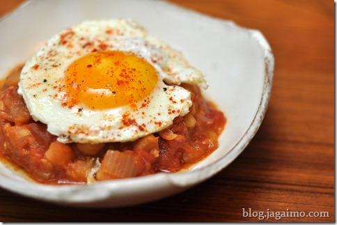 Chickpeas moorish-style with paprika and egg